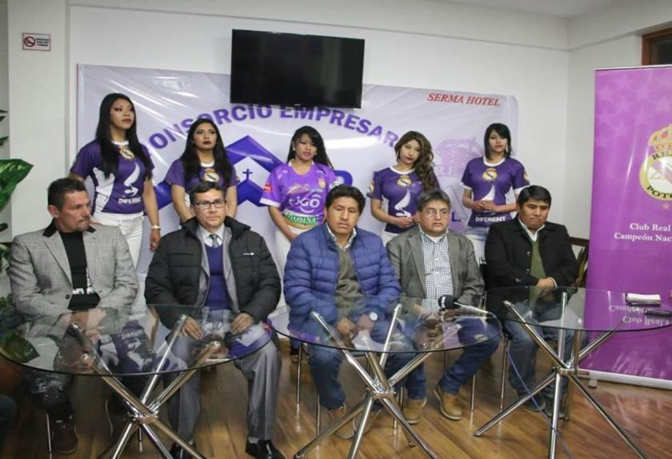 El grupo empresarial durante su conferencia de prensa.