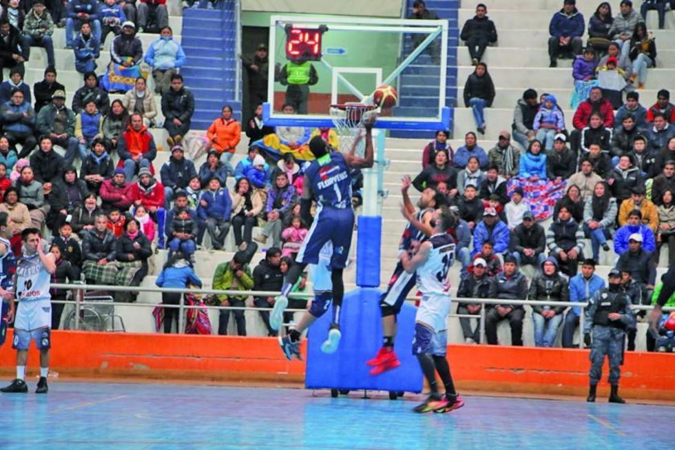 El jugador Jhon Florveus efectúa un lanzamiento.