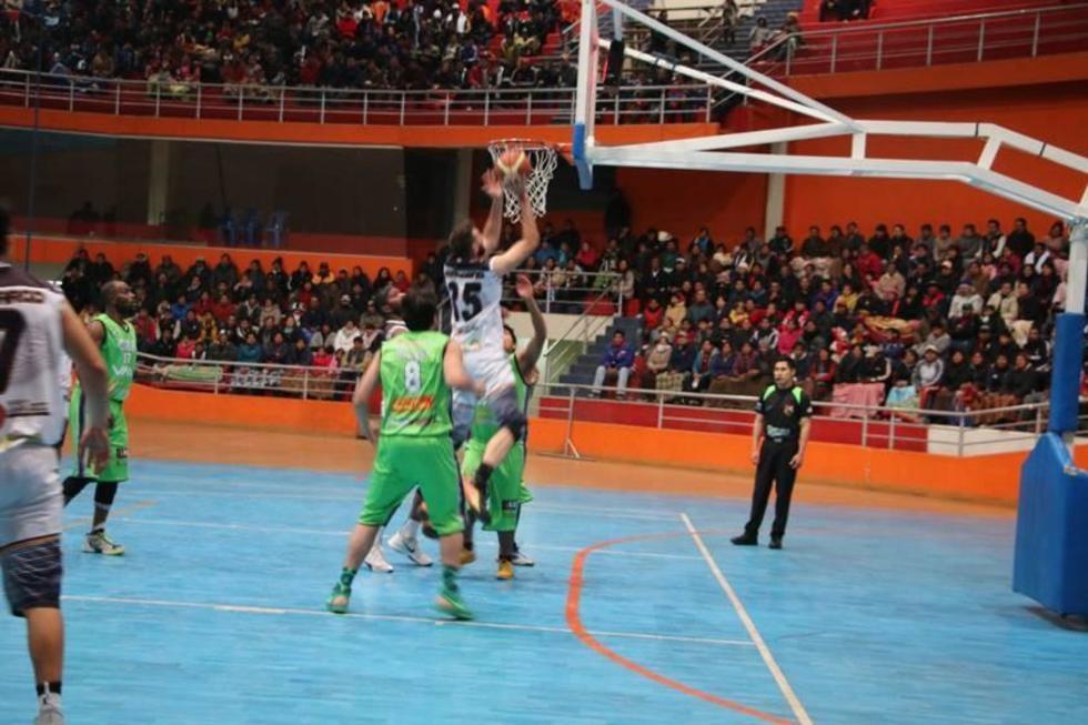 Agustín Ambrosino se eleva para sumar puntos para los locales.