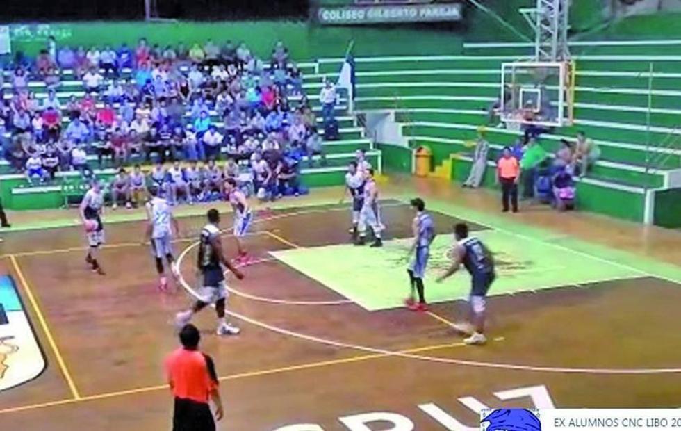 Agustín Ambrosino arma una jugada en ofensiva.