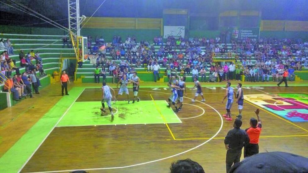 El equipo azul y blanco en uno de los ataques.