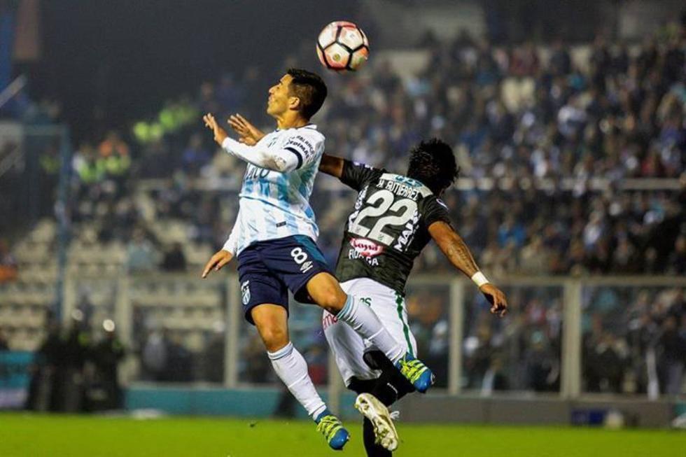 Guillermo Acosta (i) de Atlético Tucumán disputa el balón ante Helmut Gutiérrez (d) de Oriente.