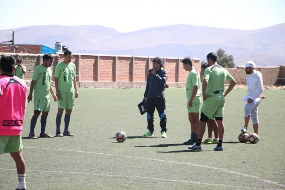 El técnico argentino dirige su primer entrenamiento.