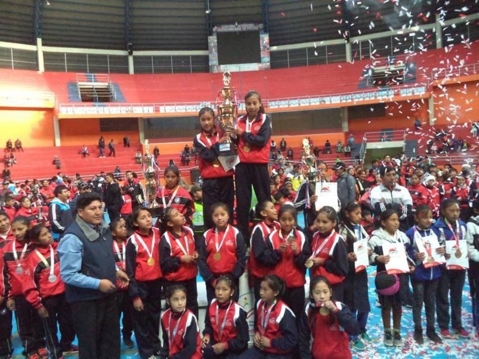 La Unidade Educativa Santa Rosa, campeonas en básquet.