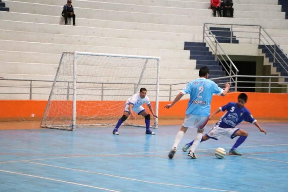 Aldo Saavedra, de Cobbel, amaga a su rival.