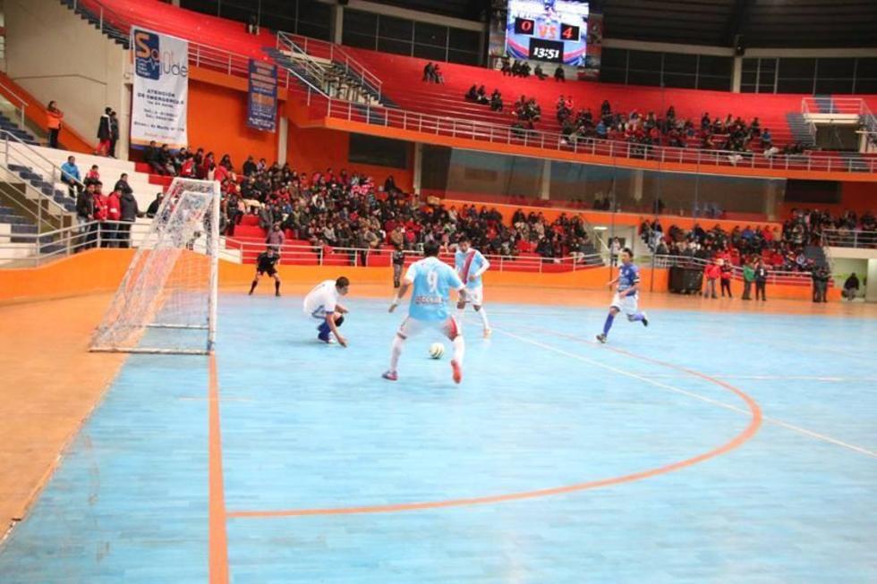 El jugador Edson Copa, de Cobbel, anota el último tanto.