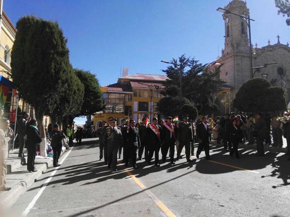 Las autoridades encabezaron el desfile escolar.