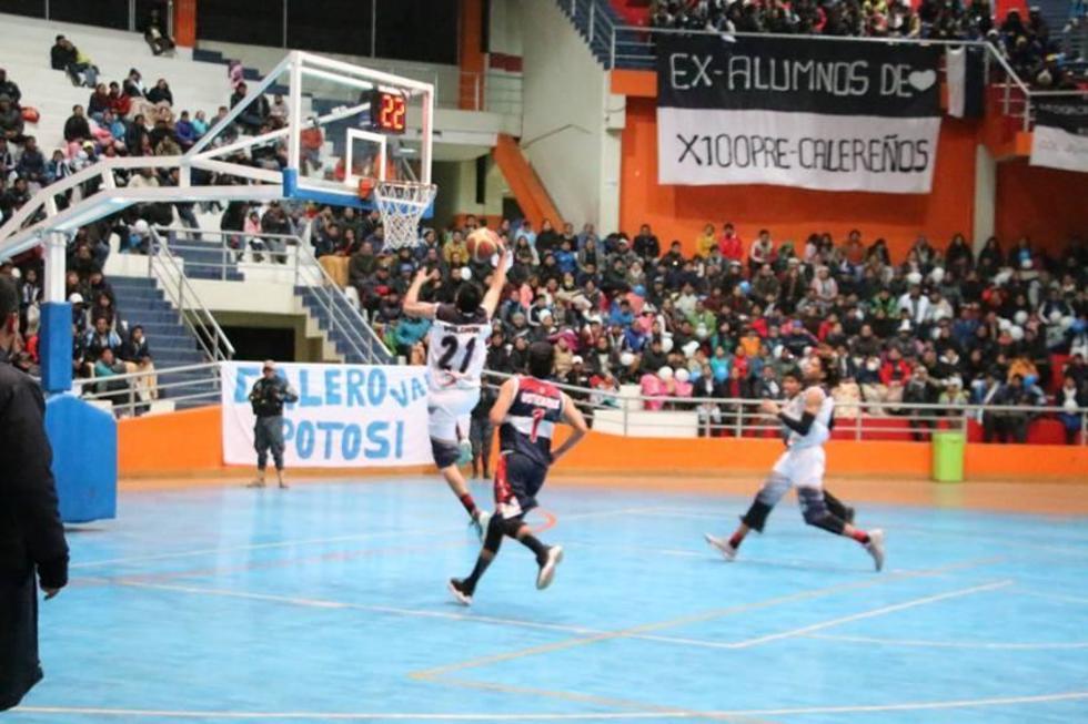 Juan Valdivia anota los puntos en un contragolpe.
