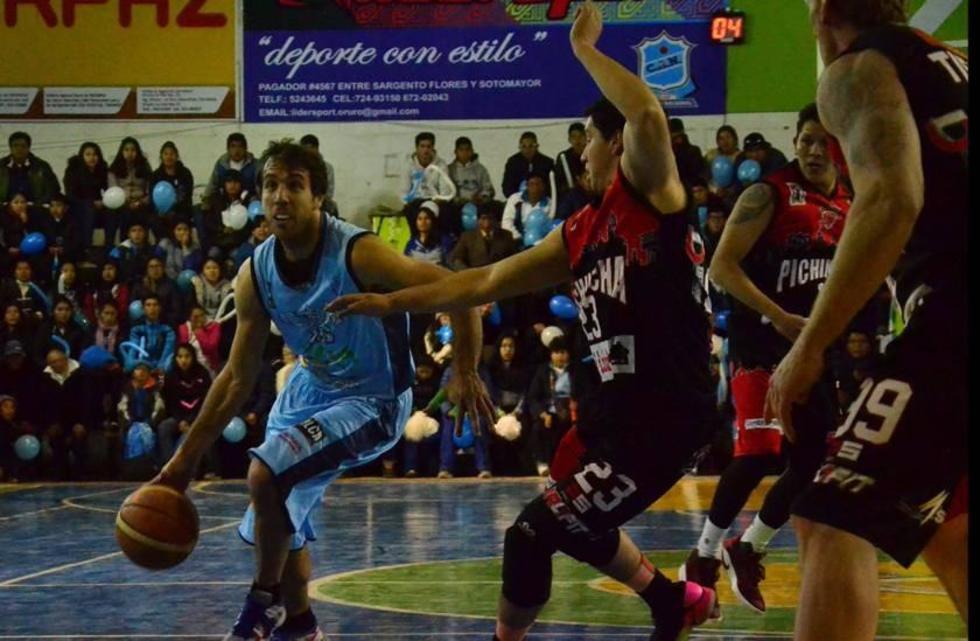 Rene Calvo (d), de Pichincha, marca a su rival.