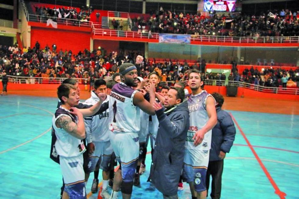 El DT Giovanny Vargas, junto al plantel festeja la victoria.