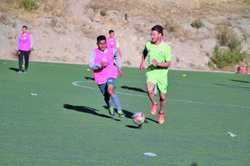 El defensa Víctor Galain controla el balón.