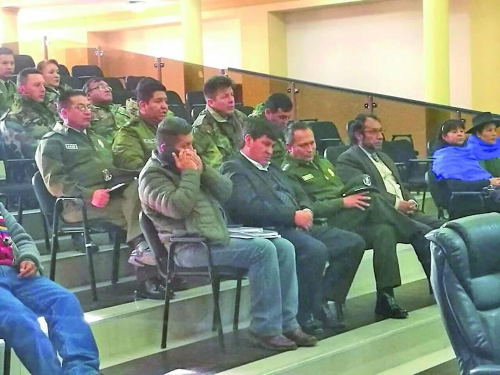 Las autoridades en la Asamblea Legislativa Departamental.