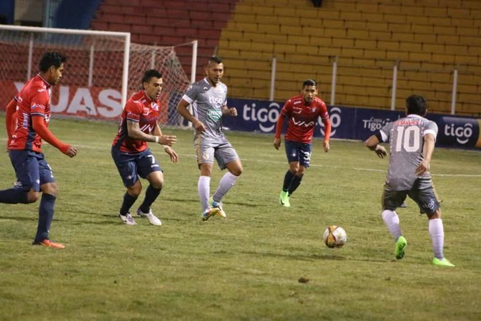 Darwin Peña es presionado por sus rivales.