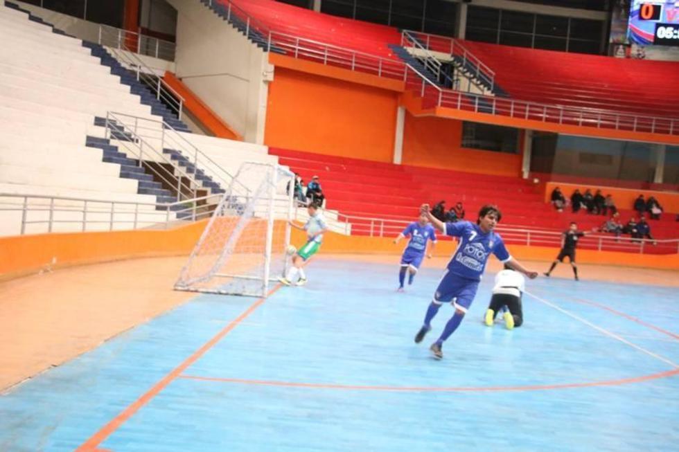 El jugador Javier Carmona, de Concepción, celebra su primer gol.