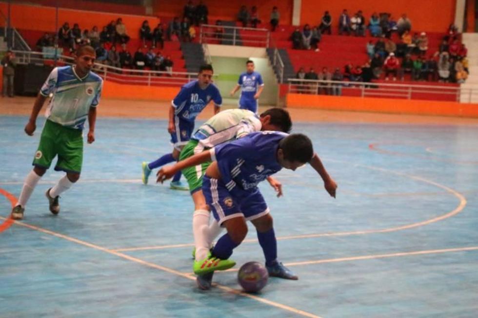Juan Arando, de Concepción protege la pelota ante la marca de su rival.