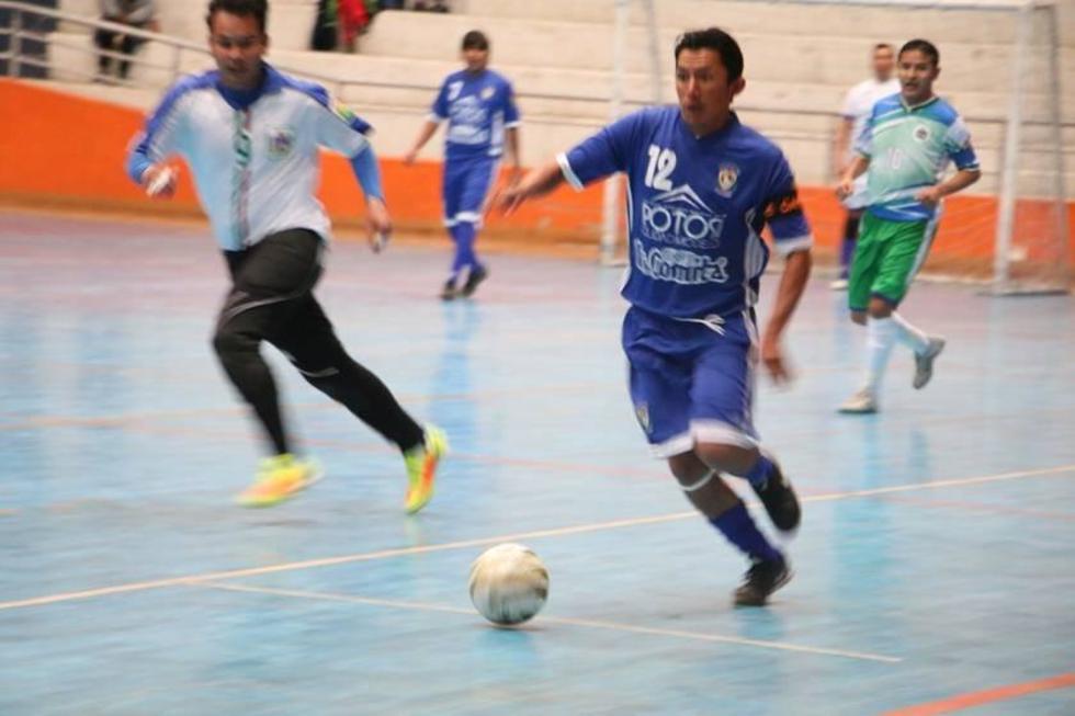 El jugador potosino Marco García controla el balón.