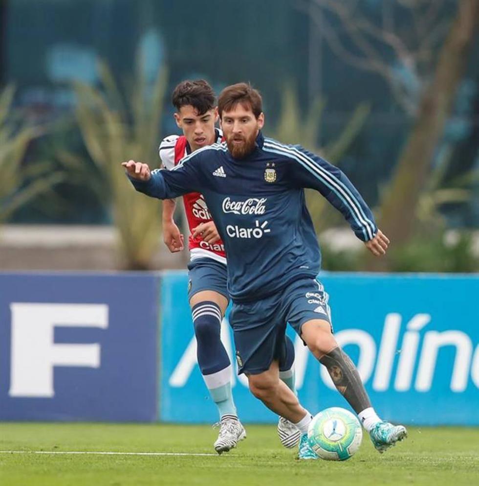Lionel Messi controla el balón en plena práctica.