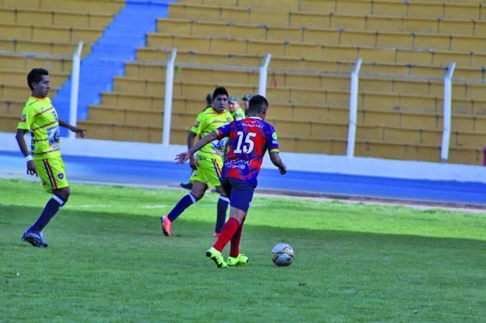 El jugador Pablo Zeballos, de Wilstermann, controla la pelota.