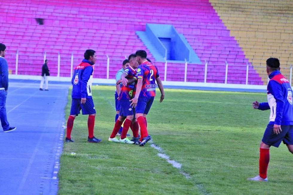 Los jugadores cooperativistas celebran el gol de su compañero Juan Pablo Filipezuk.