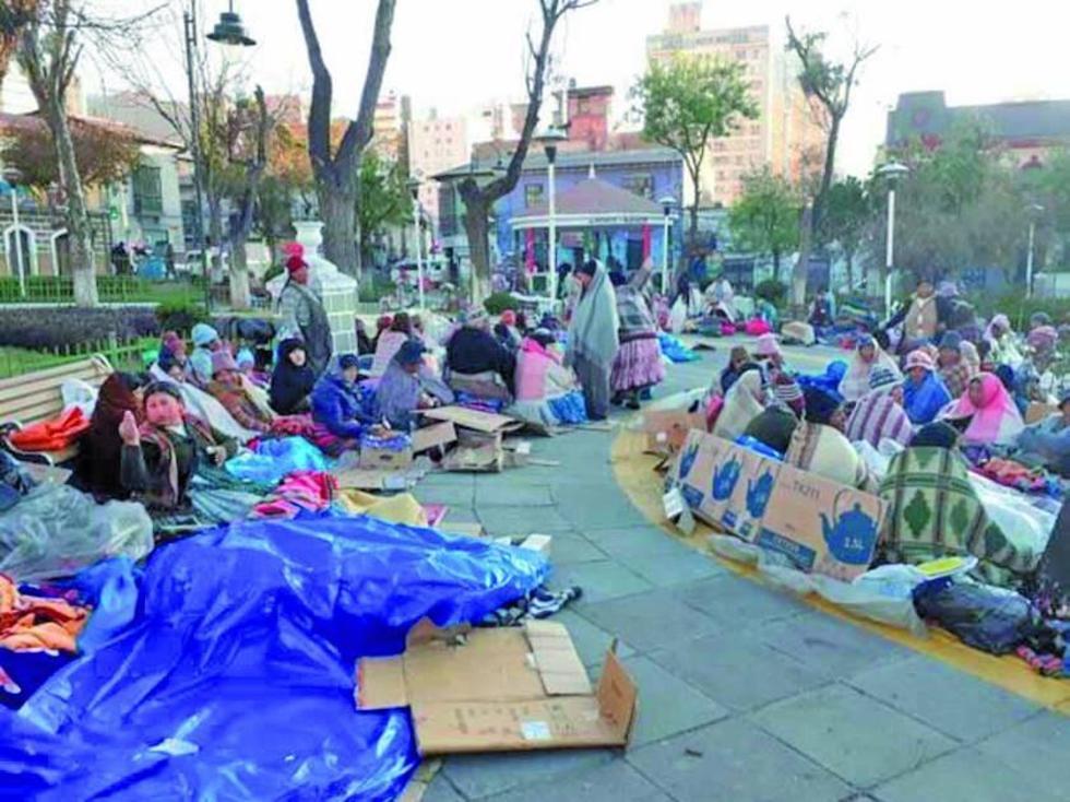 Las achacacheñas desarrollan una vigilia en inmediaciones del Penal de San Pedro.