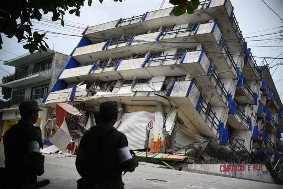 """Militares observan el hotel """"Ane Centro"""", afectado por en el municipio de Matías Romero."""