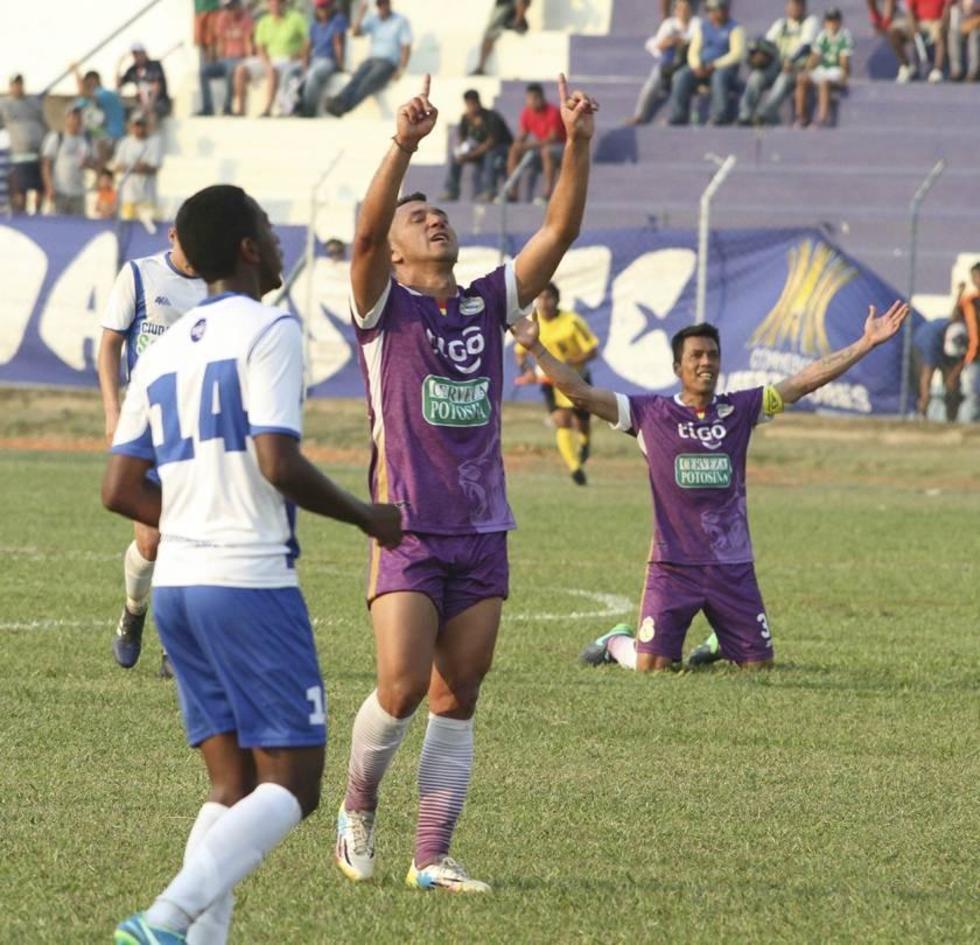 El jugador lila, Andrés Jiménez, celebra su gol.