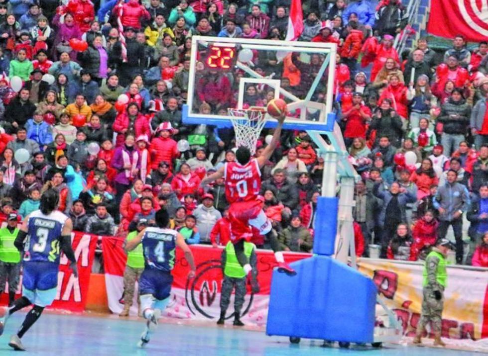 Cristian Camargo trata de bloquear la arremetida de Fernando Cadario.
