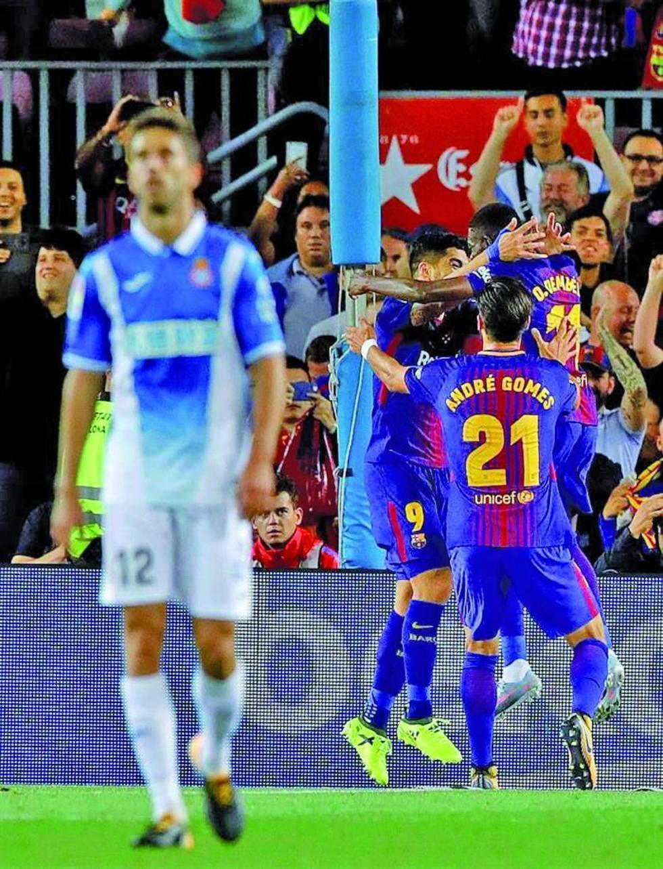 Los jugadores del Barza celebran la victoria.