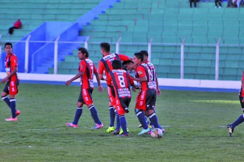 El jugador Alan Peredo, de San Lorenzo, festeja su gol con sus compañeros.