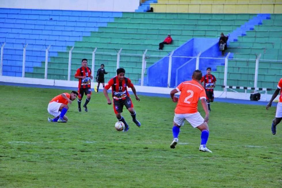Edwin Mamani, de San Lorenzo, controla el balón.