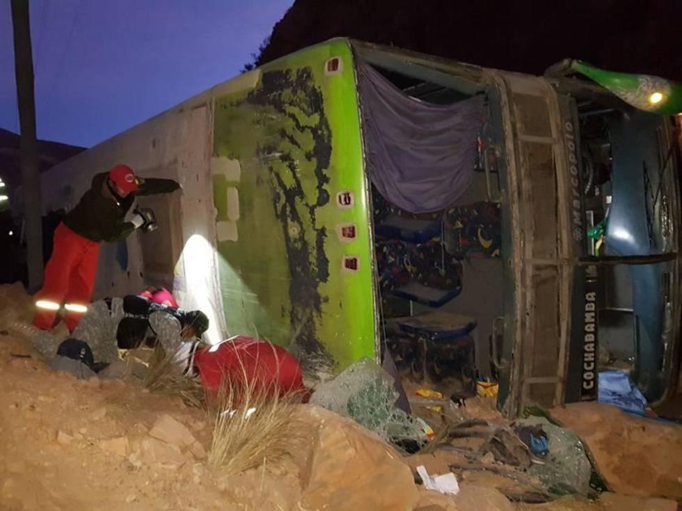 Los bomberos rescatan el cuerpo de la persona fallecida.