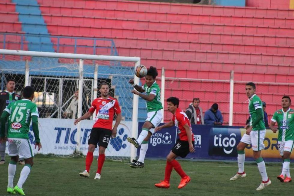 Helmut Gutiérrez despeja el balón en un ataque del equipo potosino.