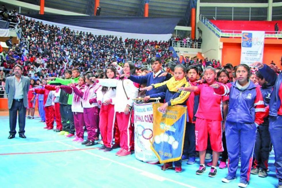 Los estudiantes durante la promesa deportiva.
