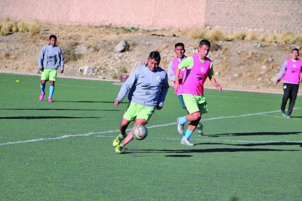El jugador Ronald Gallegos controla el balón.