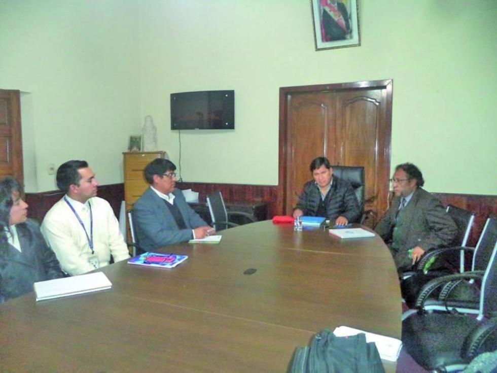 El gobernador del Departamento de Potosí, Juan Carlos Cejas, en plena reunión.