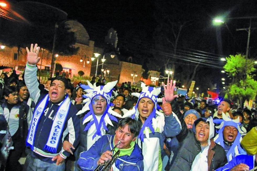 Hinchas calereños festejan la victoria de su equipo.