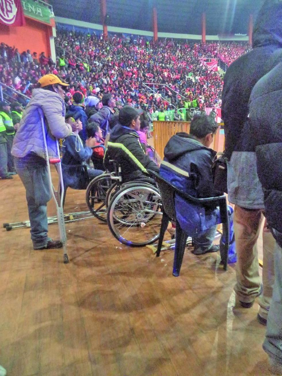 Personas con discapacidad asistieron al partido de Calero y Pichincha.