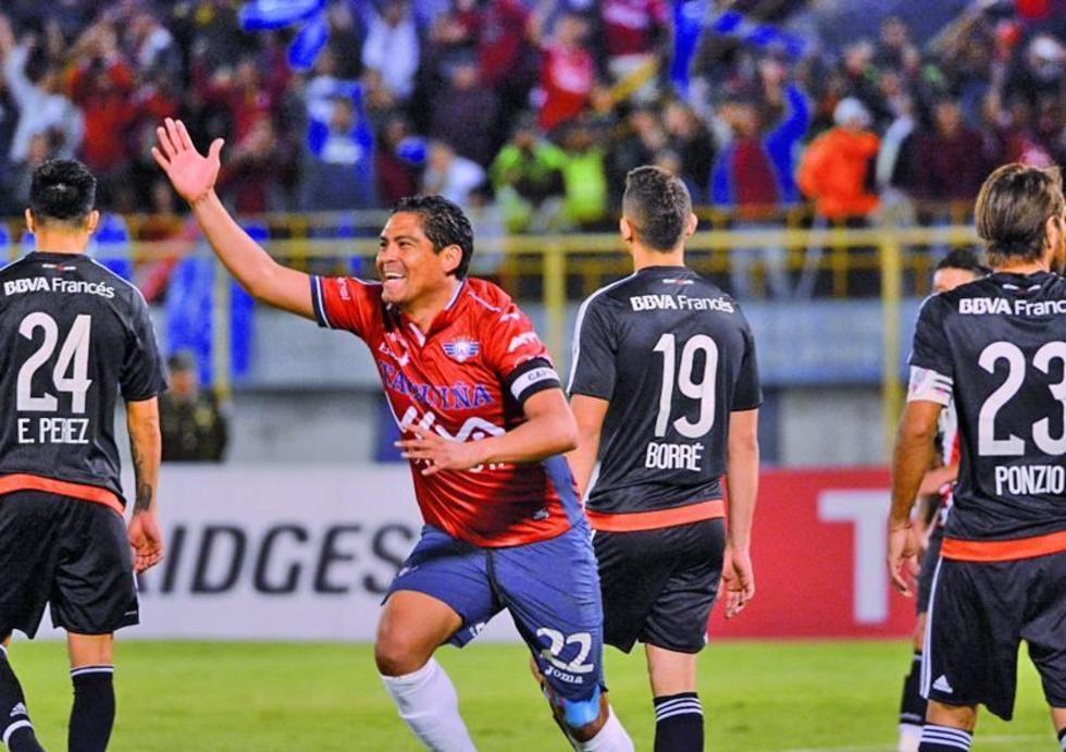 Edward Zentejo festeja el primer gol de los rojos en el partido de ida.