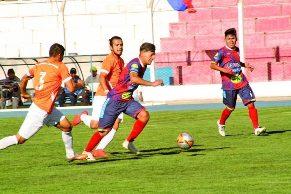 El delantero Juan Pablo Filipezuk, de Wilster, controla el balón ante la marca de sus rivales.