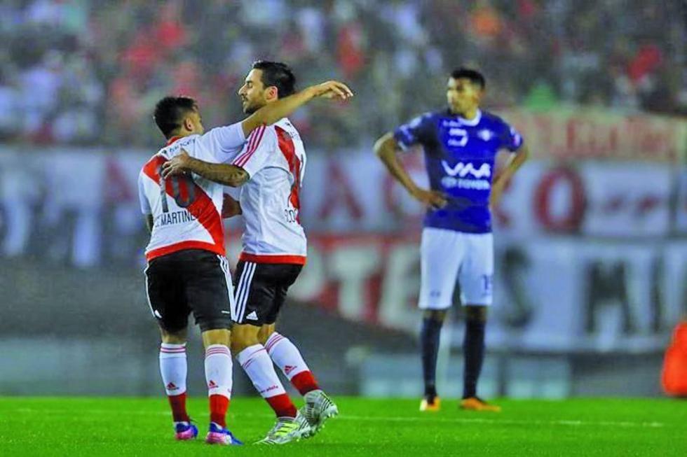 Ignacio Scocco y Gonzalo Martínez celebran después de anotar a Wilstermann.