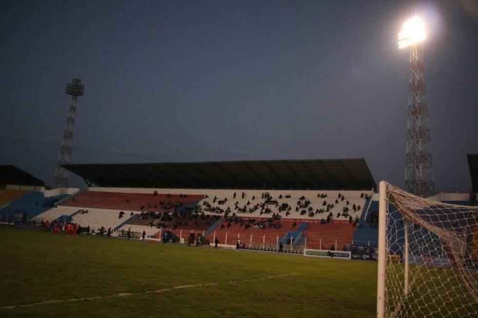 Problemas en la luminaria obligaron a postergar el partido por nueve minutos.