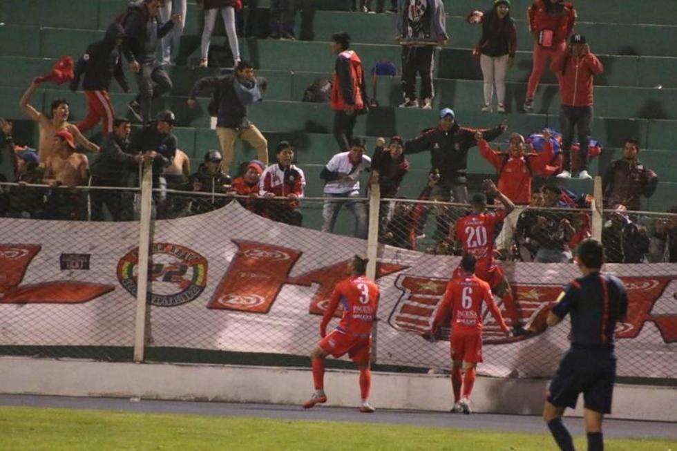 Los estudiantiles festejan con su hinchada el gol de la victoria.