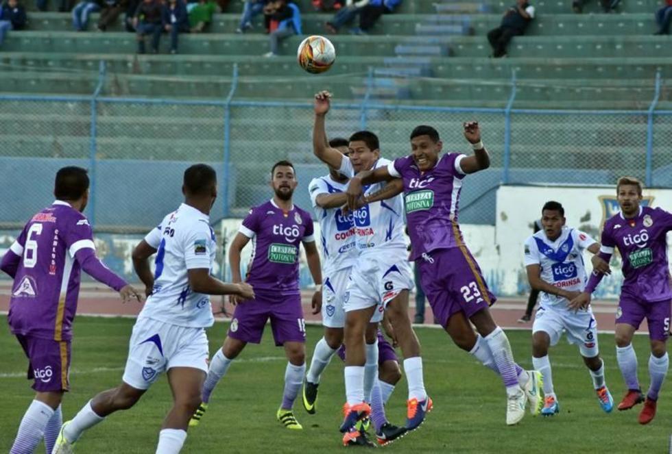 Carlos Saucedo, de San José, y Ronny Montero, de Real, pelean por el balón.