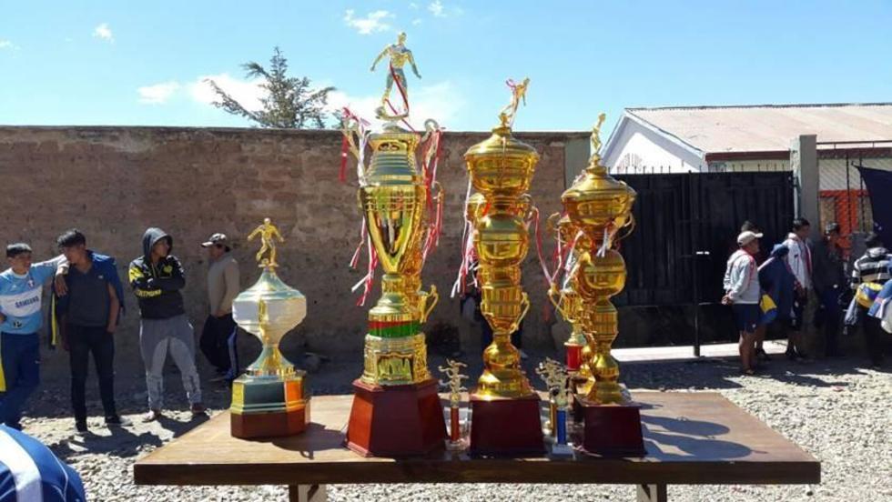 Los trofeos entregados a los ganadores.