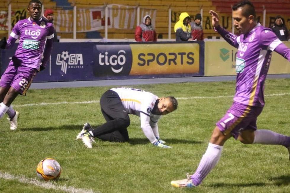 Daniel Vaca (c) despeja el balón ante la presión de los locales.