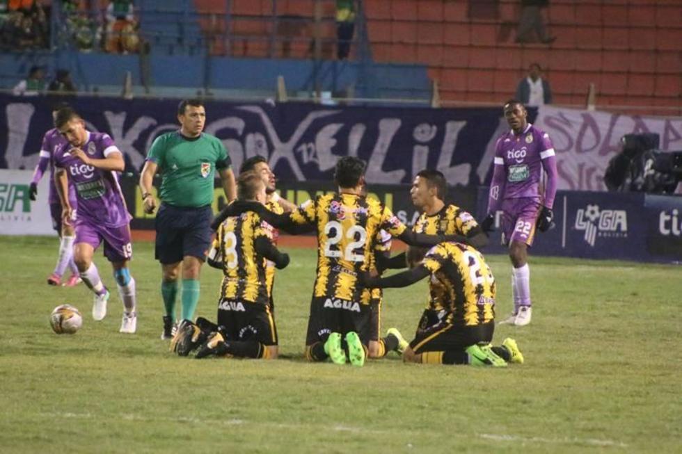 Los atigrados festejan en el centro del campo de juego el gol de la victoria.