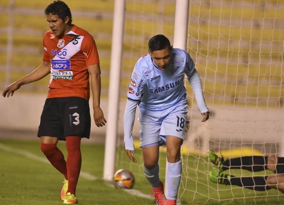 Juan Eduardo Fierro (d) celebra uno de sus goles.
