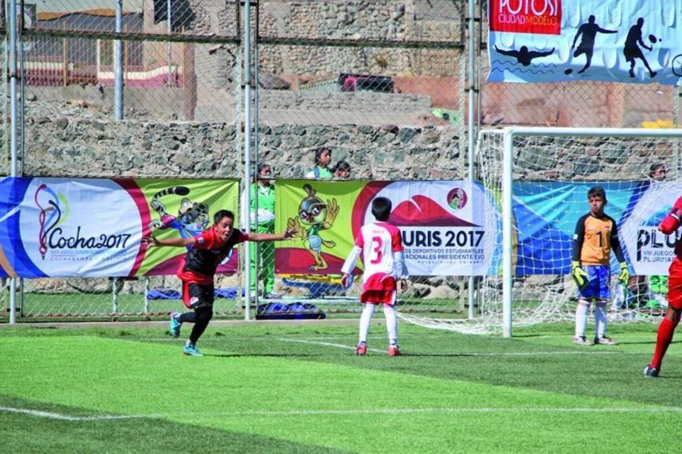 El jugador del equipo de 1ro de Abril, de Potosí, celebra uno de los goles.