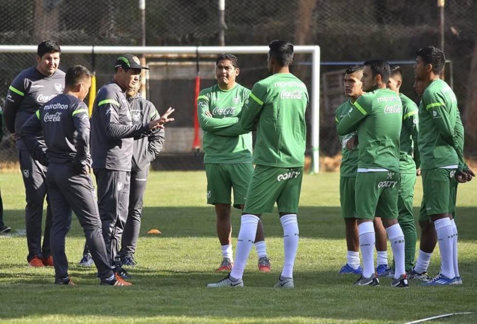 Mauricio Soria conversa con el jugador Zenteno.