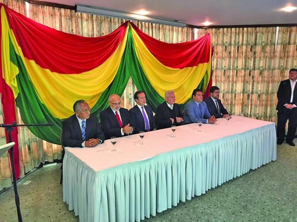 La mesa de unidad en defensa de la democracia en conferencia de prensa.